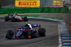 Пьер Гасли, Scuderia Toro Rosso STR13, и Кевин Магнуссен, Haas F1 Team VF-18