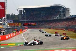 Charles Leclerc, Sauber C37, devant Fernando Alonso, McLaren MCL33, Esteban Ocon, Force India VJM11, et Lewis Hamilton, Mercedes AMG F1 W09