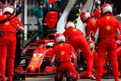 Sebastian Vettel, Ferrari SF71H, make a pit stop