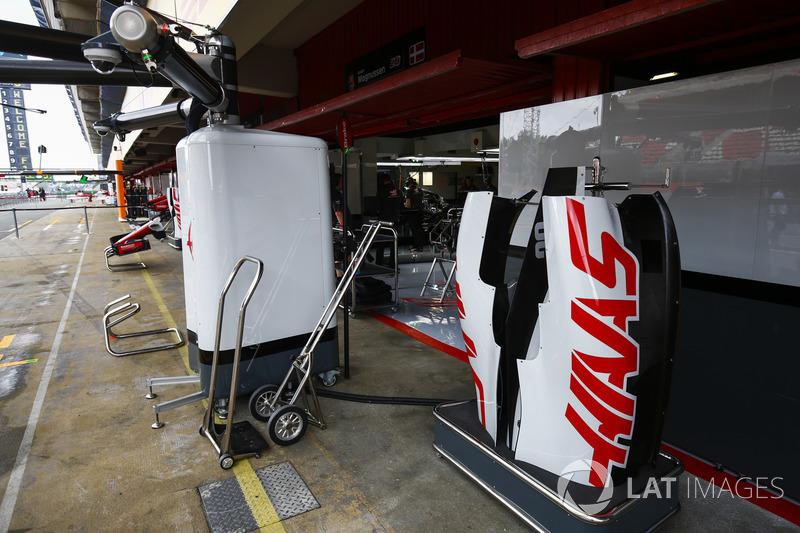 Оборудование Haas F1 Team и кожух автомобиля VF-18