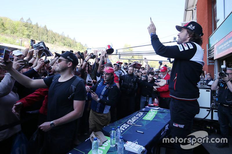 Fernando Alonso, Toyota Gazoo Racing durante la sesión de autógrafos