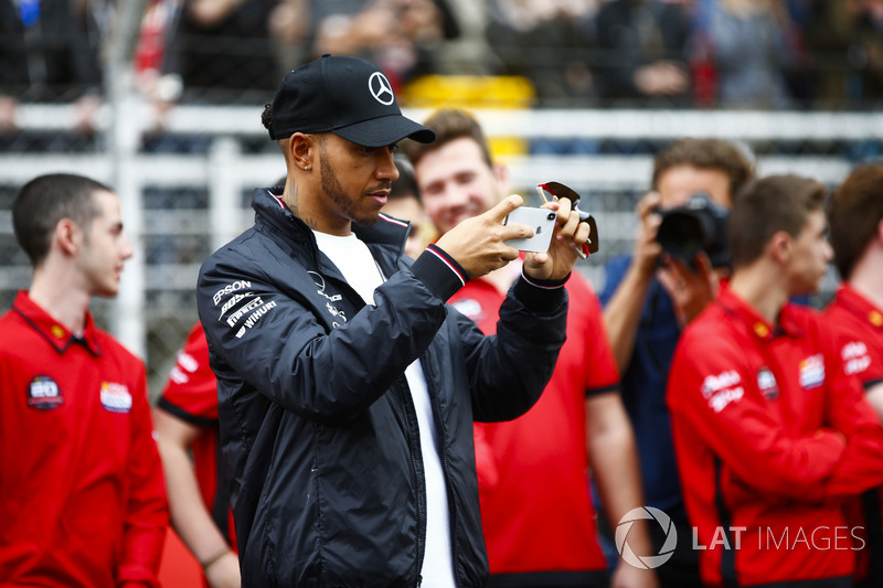 Lewis Hamilton, Mercedes AMG F1, scatta una foto ai kartisti junior