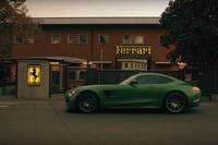Un Mercedes AMG GT-R en la puerta de la fábrica de Ferrari en Maranello