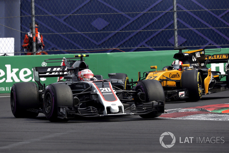 Kevin Magnussen, Haas F1 Team VF-17 and Nico Hulkenberg, Renault Sport F1 Team RS17 battle
