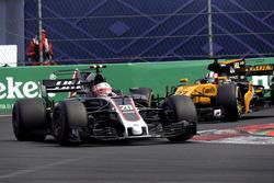 Kevin Magnussen, Haas F1 Team VF-17 and Nico Hulkenberg, Renault Sport F1 Team RS17 battle