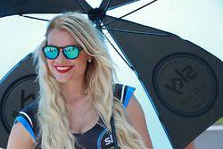Jeune femme tenant un parapluie