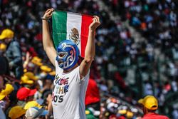 Un fan avec le drapeau mexicain