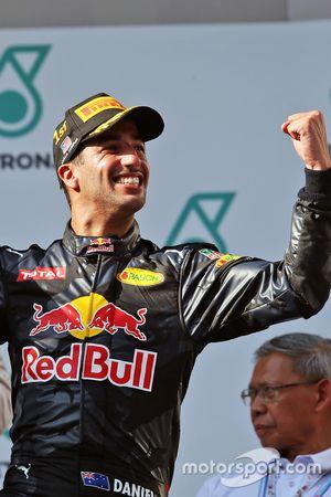 Le vainqueur Daniel Ricciardo, Red Bull Racing fête sa victoire sur le podium