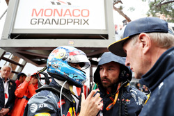 Daniel Ricciardo, Red Bull Racing talks to race engineer Simon Rennie on the grid