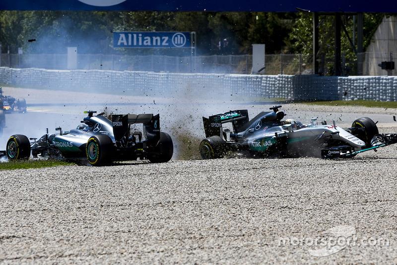 Lewis Hamilton, Mercedes AMG F1 W07 Hybrid y Nico Rosberg, Mercedes AMG F1 W07 Hybrid chocan en la primera vuelta de la carrera