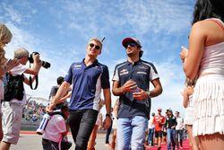 Marcus Ericsson, Sauber F1 Team y Carlos Sainz Jr, Scuderia Toro Rossoen el desfile de pilotos