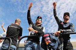 Sergio Perez, Sahara Force India F1 met Daniel Ricciardo, Red Bull Racing op de parade