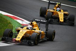 Kevin Magnussen, Renault Sport F1 Team RS16 memimpin rekan setim Jolyon Palmer, Renault Sport F1 Tea