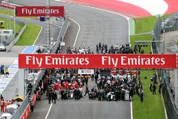 Lewis Hamilton, Mercedes AMG F1 W07 Hybrid et Nico Hülkenberg, Sahara Force India F1 VJM09 sur la première ligne avant le départ