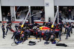 Daniel Ricciardo, Red Bull Racing RB12 makes pit stop