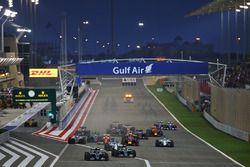Start action: Nico Rosberg, Mercedes AMG F1 Team W07 leads