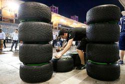Des mécaniciens Mercedes AMG F1 Team au travail