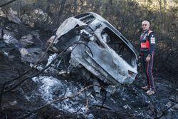 I resti bruciati dell'auto di Hayden Paddon, John Kennard, Hyundai i20 WRC, Hyundai Motorsport