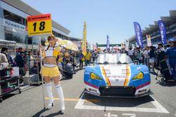Грид-герл перед Toyota MC86 команды Bandoh Юки Накаямы и Синносуке Ямады