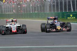 Esteban Gutierrez, Haas F1 Team VF-16 et Daniil Kvyat, Scuderia Toro Rosso STR11 en lutte pour une position