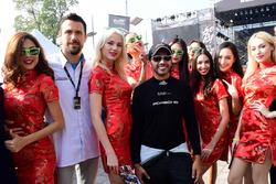 #78 KCMG Porsche 911 RSR: Christian Ried, Joël Camathias with hot grid girls