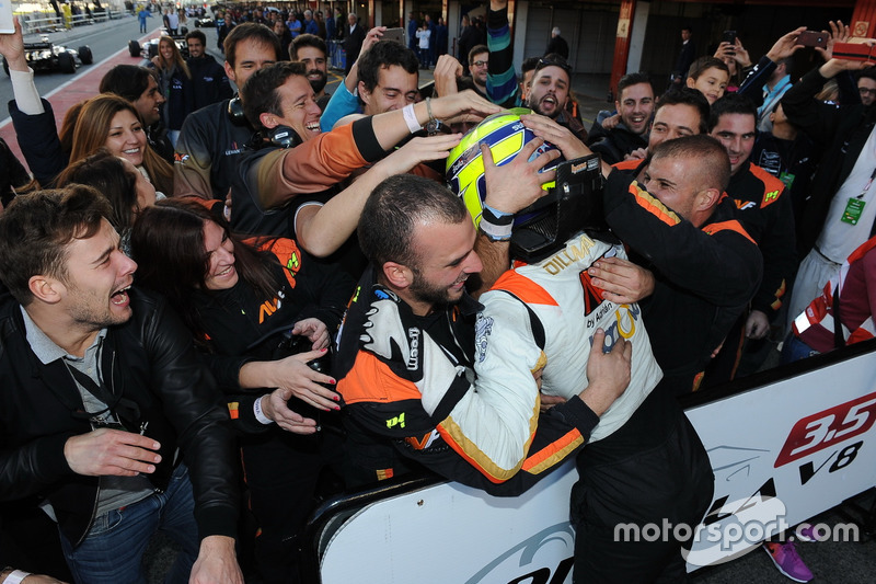 Los integrantes de AVF abrazan a Dillmann