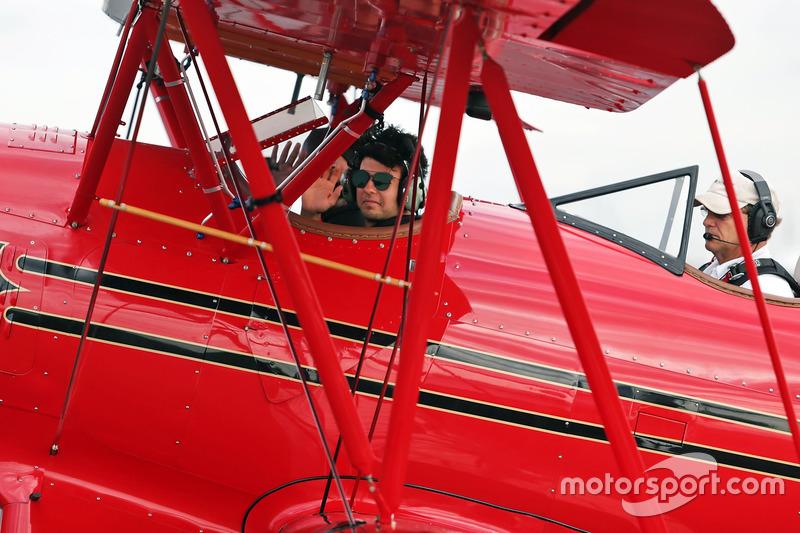 Sergio Pérez, Sahara Force India F1 vuela en un biplano