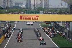 Nico Rosberg, Mercedes AMG F1 Team W07 mène lors du tour de formation