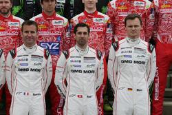 Porsche Team-rijders bij de groepsfoto (L naar R): Romain Dumas; Neel Jani; Marc Lieb