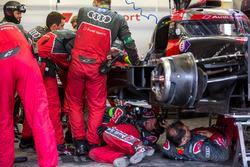 Pit ekibi #8 Audi Sport Team Joest Audi R18 e-tron quattro: Lucas di Grassi, Loic Duval, Oliver Jarv
