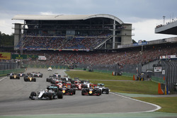 Lewis Hamilton, Mercedes AMG F1 W07 Hybrid leidt na de start van de race