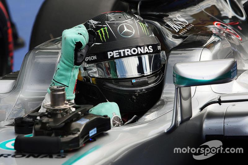 Olha ele aí! pela segunda corrida seguida, Nico Rosberg larga na frente.