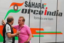 Robert Fernley, Sahara Force India F1 Team gedeputeerd teambaas, met Jonathan Palmer