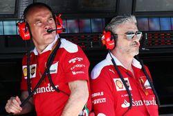 Jock Clear, directeur de l'ingénierie Ferrari avec Maurizio Arrivabene, Team Principal Ferrari
