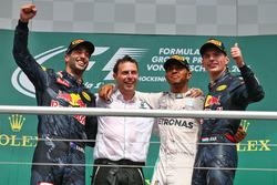 المنصة، الفائز بالسباق لويس هاميلتون، مرسيدس، المركز الثاني دانيال ريكاردو، ريد بُل، المركز الثالث م