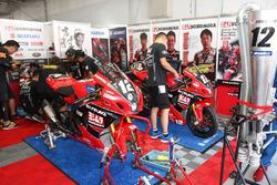 Aux stands : la moto du team Yoshimura Suzuki (#12) qui aligne Takuya Tsuda, Joshua Brookes et Noriyuki Haga
