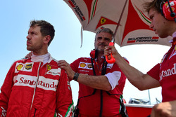 Sebastian Vettel, Ferrari avec Maurizio Arrivabene, team principal Ferrari sur la grille