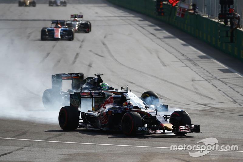Daniil Kvyat, Scuderia Toro Rosso STR11 y Nico Hulkenberg, Sahara Force India F1 VJM09 luchan por la posición