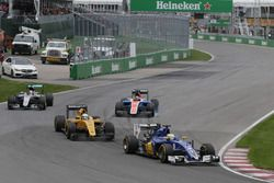 Marcus Ericsson, Sauber C35 devant Kevin Magnussen, Renault Sport F1 Team R.S.16 et Lewis Hamilton, Mercedes AMG F1 W07 Hybrid