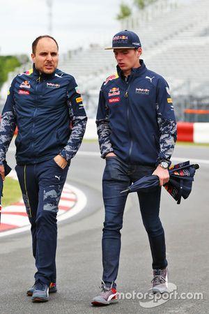 Max Verstappen, Red Bull Racing camina el circuito con Gianpiero Lambiase, Igeniero de Red Bull Raci