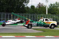 El FW38 Williams de Felipe Massa es llevado a pits en la parte trasera de un camión después de que s