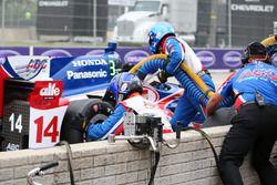 Takuma Sato, A.J. Foyt Enterprises Honda aux stands