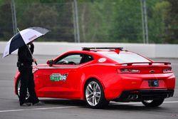 Funcionarios esperan para que la carrera debido a la lluvia