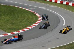 Rio Haryanto, Manor Racing MRT05, devant Sergio Perez, Sahara Force India F1 VJM09; Kevin Magnussen, Renault Sport F1 Team RS16 et Nico Rosberg, Mercedes AMG F1 W07 Hybrid