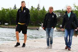 Kevin Magnussen, Renault Sport F1 Team, avec Jonathan Palmer