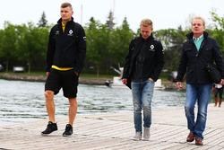 Kevin Magnussen, Renault Sport F1 Team, met Jonathan Palmer