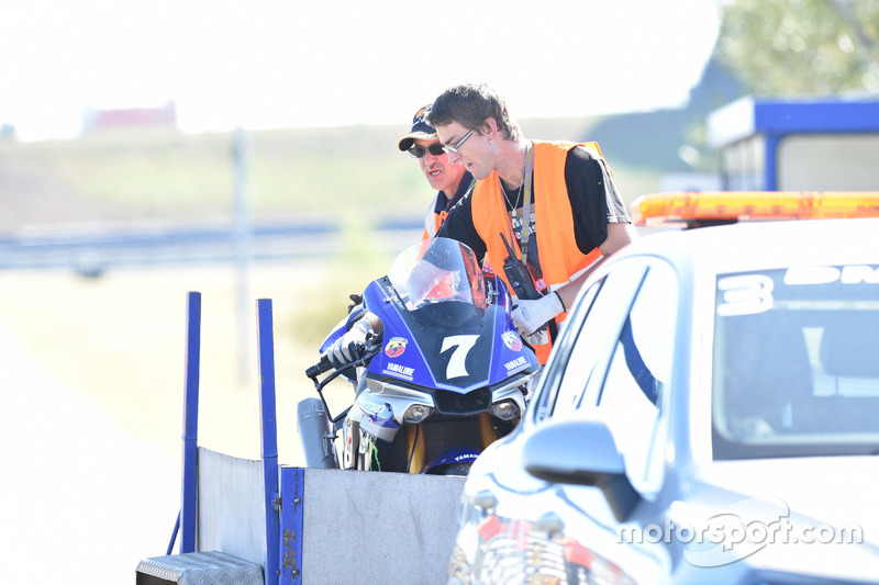 Das Motorrad von #7 YART Yamaha nach dem Sturz von Bradley Smith