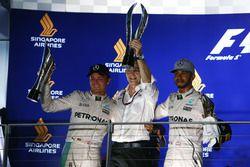 Ganador de la carrera Nico Rosberg, Mercedes AMG F1 (izquierda) con tercer puesto Lewis Hamilton, de