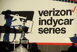 L'ombre d'une race girl sur le logo de l'IndyCar