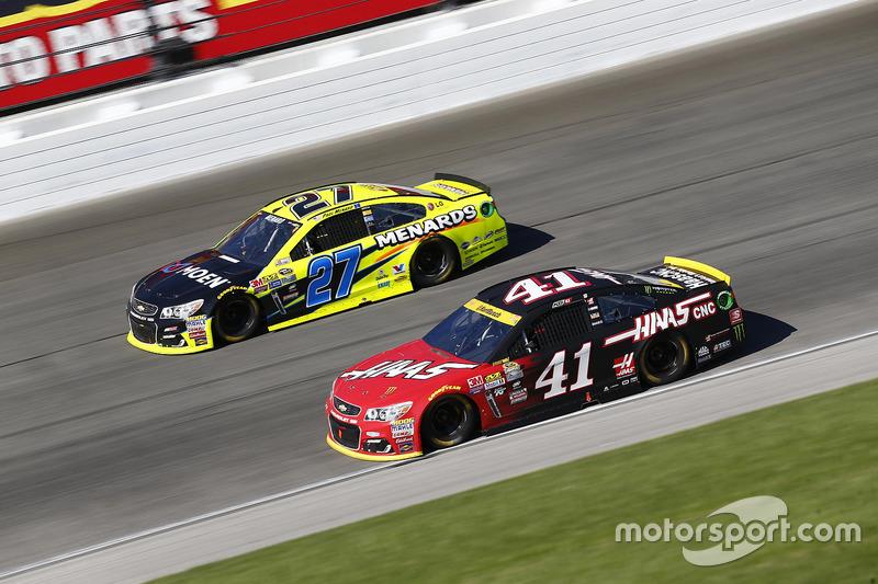 Kurt Busch, Stewart-Haas Racing Chevrolet, Paul Menard, Richard Childress Racing Chevrolet